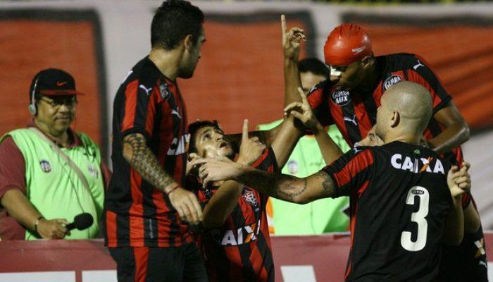 Jogadores comemoram bom desempenho na partida. (Foto: Lúcio Távora / Agência A Tarde)