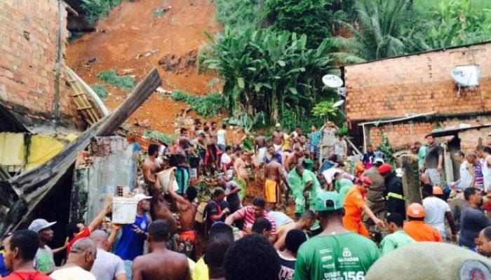 População tenta encontrar sobreviventes. Foto: Mila Cordeiro/Ag. A TARDE.