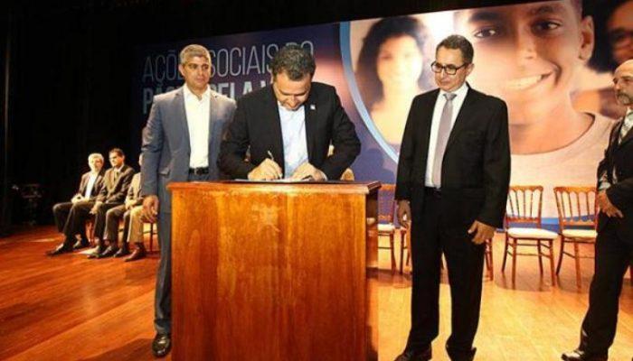 Governador assinou pacote de medidas na Arquidiocese, no Garcia. Foto: Carol Garcia/Govba.