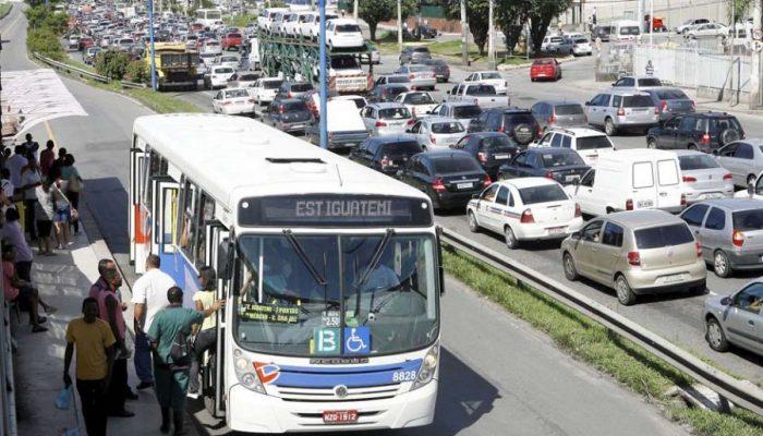 FOTO EMBARGADA PARA A CIDADE DE SALVADOR, BA. Os rodoviários do estado da Bahia decidiram encerrar a greve de ônibus que já durava três dias, durante assembléia extraordinária, realizada na manhã deste sábado (26), no Sinergia. Os rodoviários aceitaram uma nova proposta patronal que além do reajuste de 7,5% no salário, ticket de R$11,2, e retorno do qüinqüênio, estabeleceu o parcelamento do desconto dos dias parados.  Foto: Eduardo Martins   Ag. A Tarde  / Futura Press