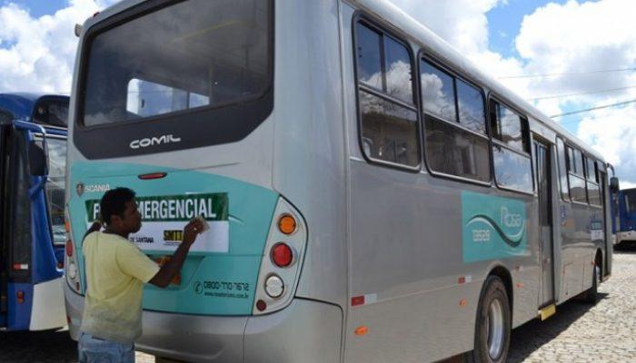 Veículos recebem adesivos da SMTT após vistoria. Foto: feiradesantana.ba.gov.br.