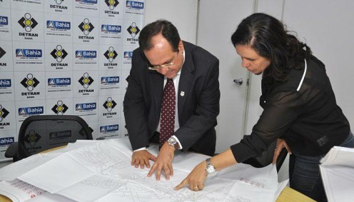 Diretor do Detran, Maurício Bacelar, discute projeto com prefeita de Amargosa, Karina Silva. Foto: Ascom/Detran.