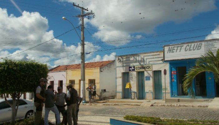Policiais em frente à agência dos Correios em Bom Jesus da Serra. Foto: arquivo pessoal.