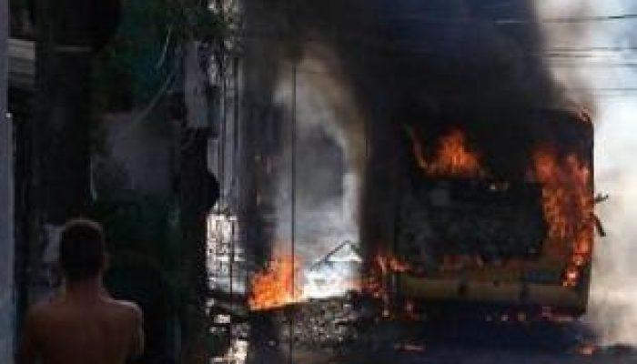 Incendiários fugiram do local sem ser identificados. Foto: A Tarde/Leitor via WhatsApp.