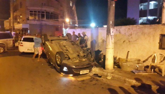 Condutor que provocou o acidente fugiu do local a pé, mas foi localizado.