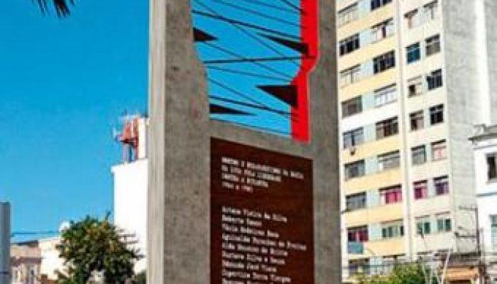 Obra do artista plástico Ray Viana traz nomes como o de Marighella e o de Lamarca