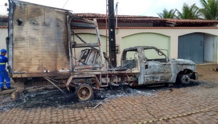 Fogo chegou a atingir a rede elétrica da rua. Foto:  rfnoticias.com.