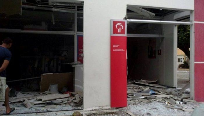 Explosão deixou agência parcialmente destruída.