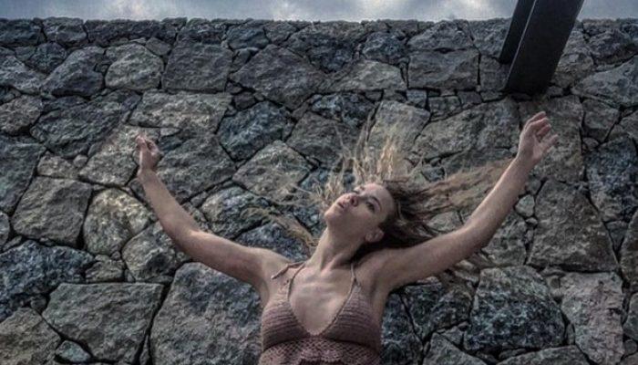 Atriz legendou foto com música de Mariza Monte.