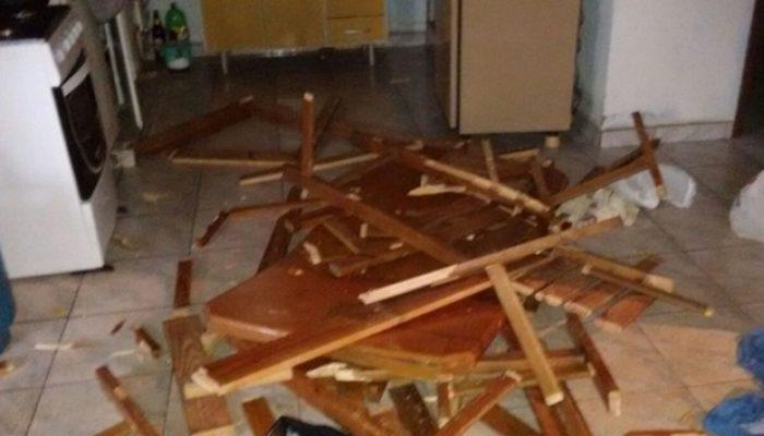 Polícia afirma que homem quebrou móveis durante o surto. Foto: Divulgação/ Polícia Civil Itaí.