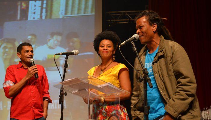 Os apresentadores Maryzelia e Elias Lucio ao lado Girlanio Guirra idealizador e organizador do Troféu Oscar Folia