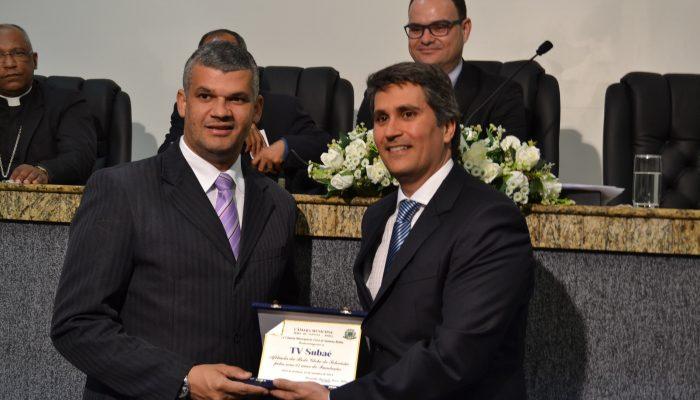 O vereador Pablo Roberto entrega a Marcos Araújo, gerente geral, uma placa em homenagem à emissora. Foto: Olá Bahia