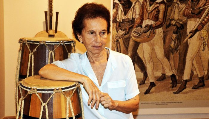 Pesquisadora Emília Biancardi apresenta palestra musicada na abertura de mostra que leva o seu nome. Foto: Lazaro Menezs