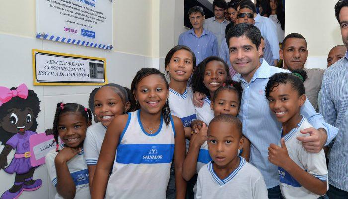 Prefeito ACM Neto com alunos da Escola Durval Pinheiro. Fotos: Max Haack