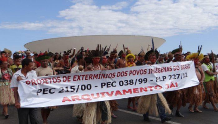 Mobilização indígena na Esplanada dos Ministérios contra PEC 215 e PLP 227. Foto: Reprodução/Articulação dos Povos Indígenas do Brasil