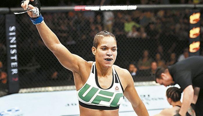 Baiana comemorou a vitória sobre a americana Sara McMann (Foto: Divulgação/UFC)