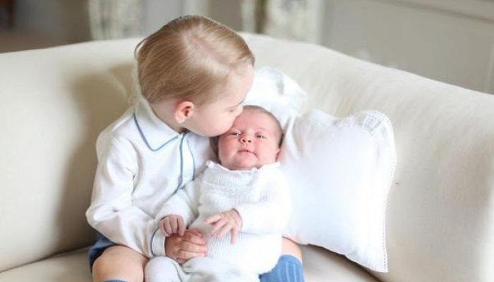 George  e Charlotte  em foto divulgada pelo Palácio de Kensington (Foto: Reprodução / Twitter - HRH The Duchess of Cambrigde / @kensingtonroyal)