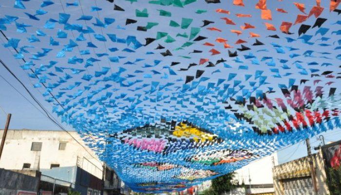 Decoração composta por mosaicos juninos, a Prefeitura organizou um calendário de shows no Centro (Foto: Ascom Prefeitura)