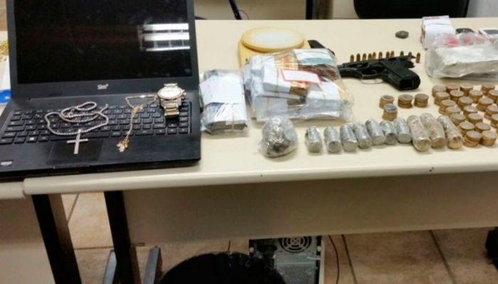 Com eles, foram apreendidos R$ 25 mil em dinheiro, uma pistola 380, munições, maconha prensada, balança de precisão e embalagens para acondicionar drogas. Foto: Divulgação/Polícia Civil