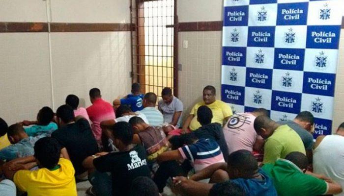 35 pessoas, entre elas duas mulheres, foram presas em festa com drogas em Catu. Foto: Divulgação/Polícia Civil