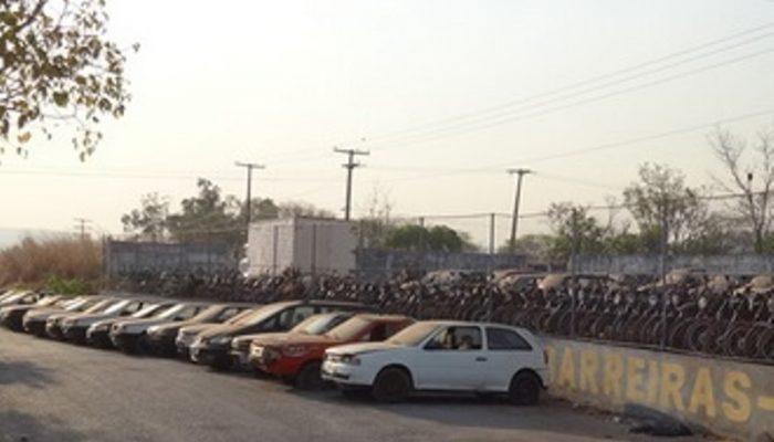 São centenas de motocicletas e carros, a maioria porém servirá apenas para sucata.(Foto: Reprodução)
