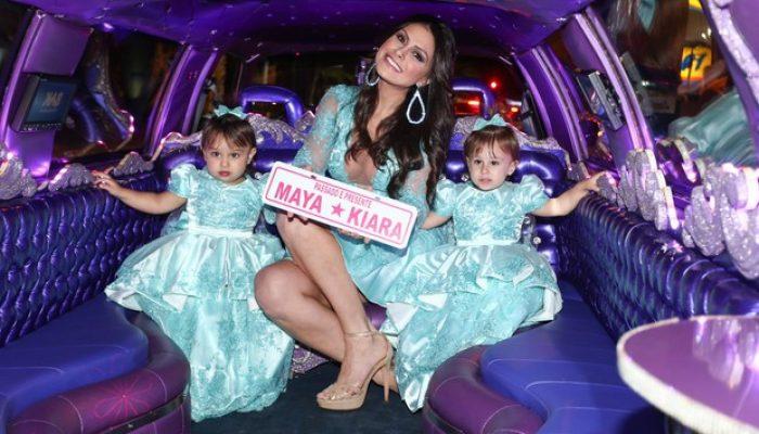 Natália Guimarães e as gêmeas chegam de limusine à festa (Foto: Manuela Scarpa / PhotorioNews)