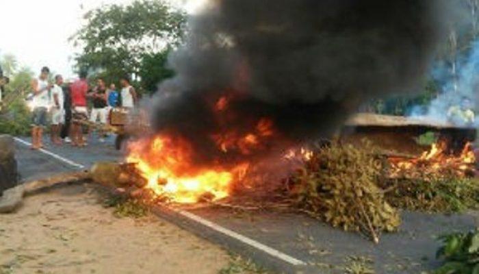 Manifestantes reivindicam instalação de quebra-molas no local. (Foto: Samile Macedo/Site:Voz da Bahia)