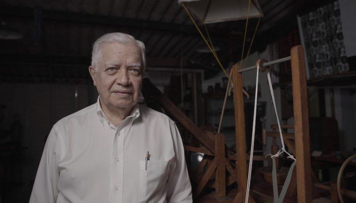 Engenheiro e artesão Thales de Azevedo Filho autor da exposição 'O Gênio dos Gênios – Leonardo Da Vinci'; ao fundo peças da mostra — Foto: Divulgação